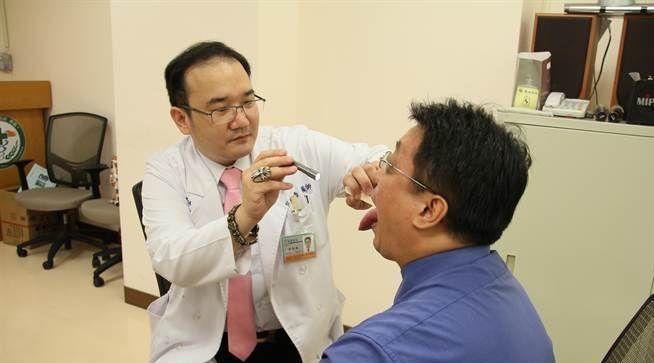 安南醫院耳鼻喉科醫師邱怡喬提醒嚼食檳榔可能引發口腔癌。圖/安南醫院提供
