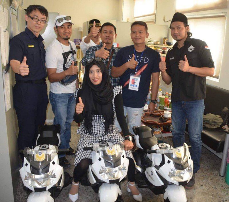 為提升外籍人士認識台灣交通法令,台南市警五分局外事警察,結合轄內印尼同鄉團體幹部成員,加強宣導酒駕罰責新制。圖/台南市警五分局提供