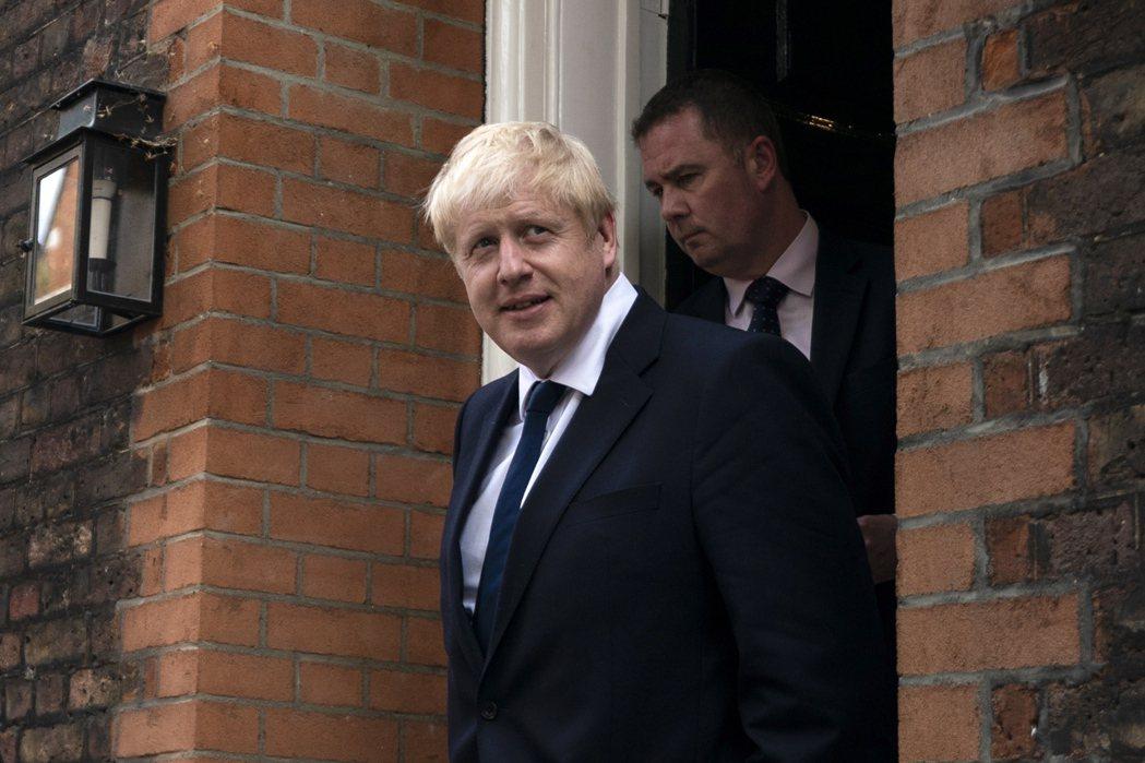 英國前外相強生22日步出倫敦的辦公室。歐新社還