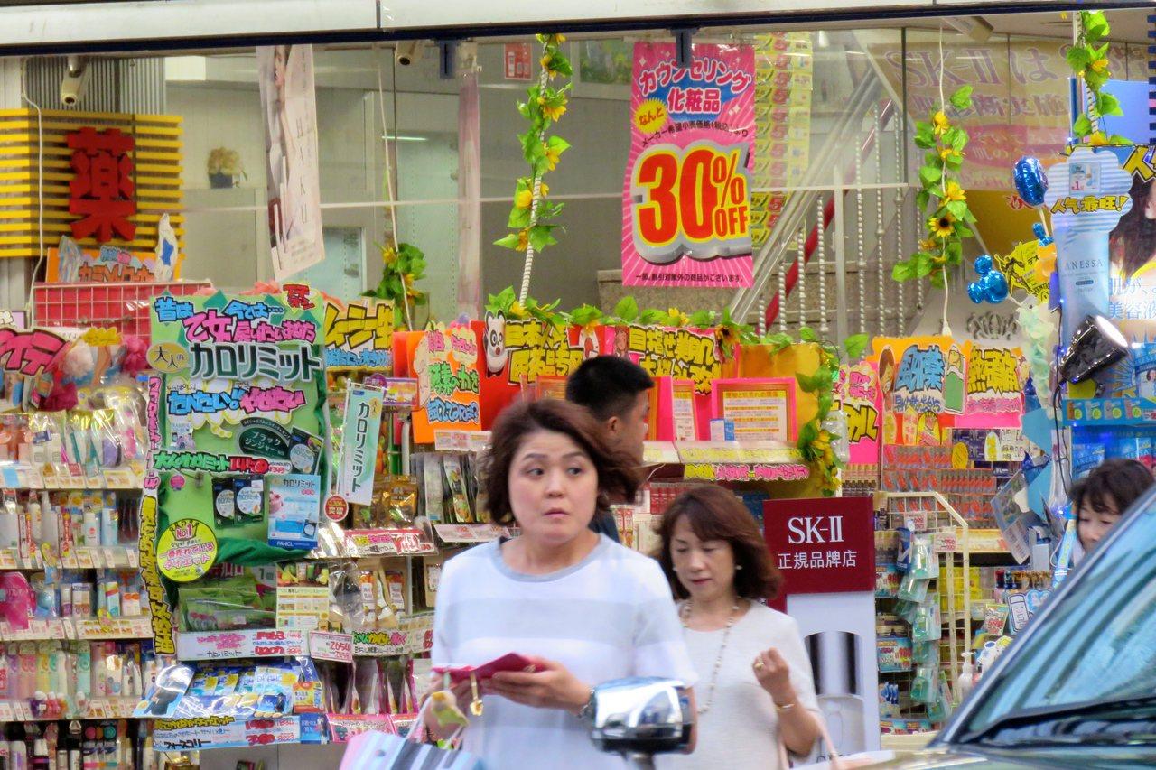 日本藥妝店是旅人常光顧的地方。本報資料照
