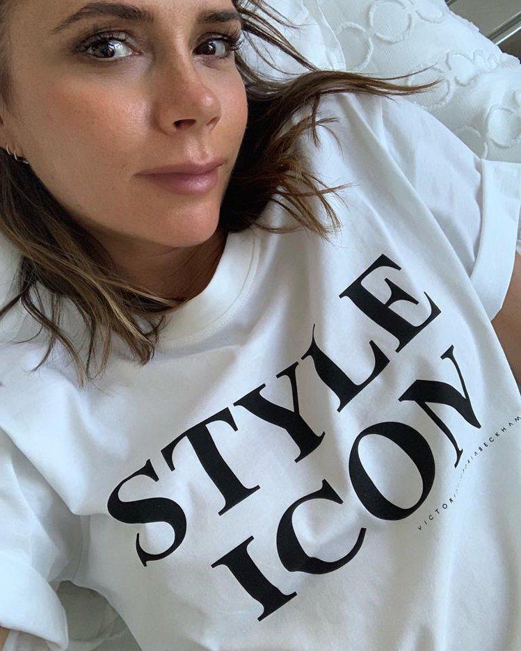 貝嫂穿上自有品牌推出的新貨「STYLE ICON時尚指標」標語T恤並在IG發文,...