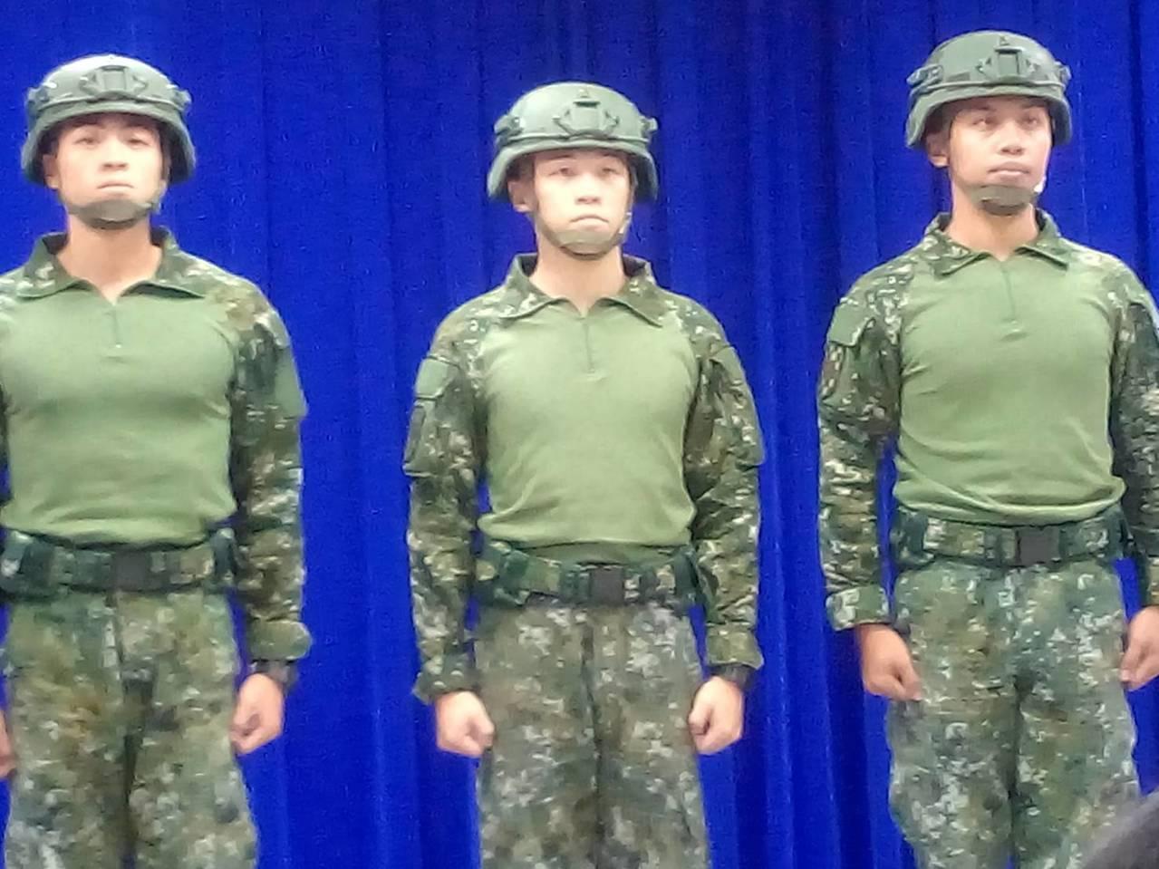 陸軍準備擴大採購「透氣戰鬥衫」作為救災服裝,國防部上午展示新裝,強調服裝具散熱、...