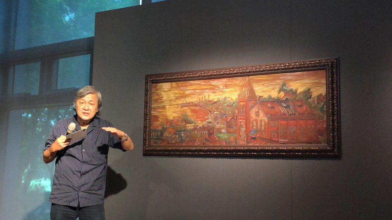 古蹟專家李乾朗導覽淡水畫家李永沱畫作。記者何定照/攝影