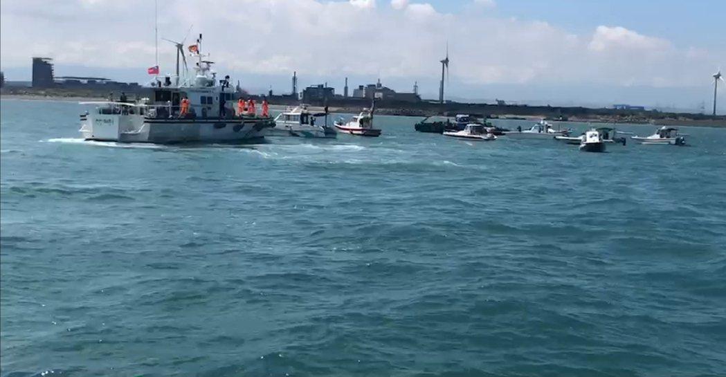 中壢區漁會船筏抗議中油施工,海巡傳也到場。圖/中壢區漁會提供