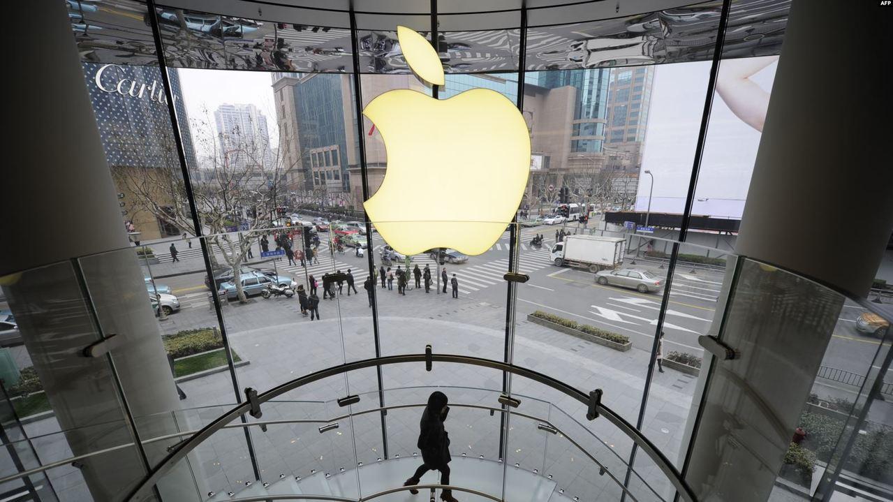 圖為從上海南京路步行街上的蘋果旗艦店裡面向外看。圖/美國之音