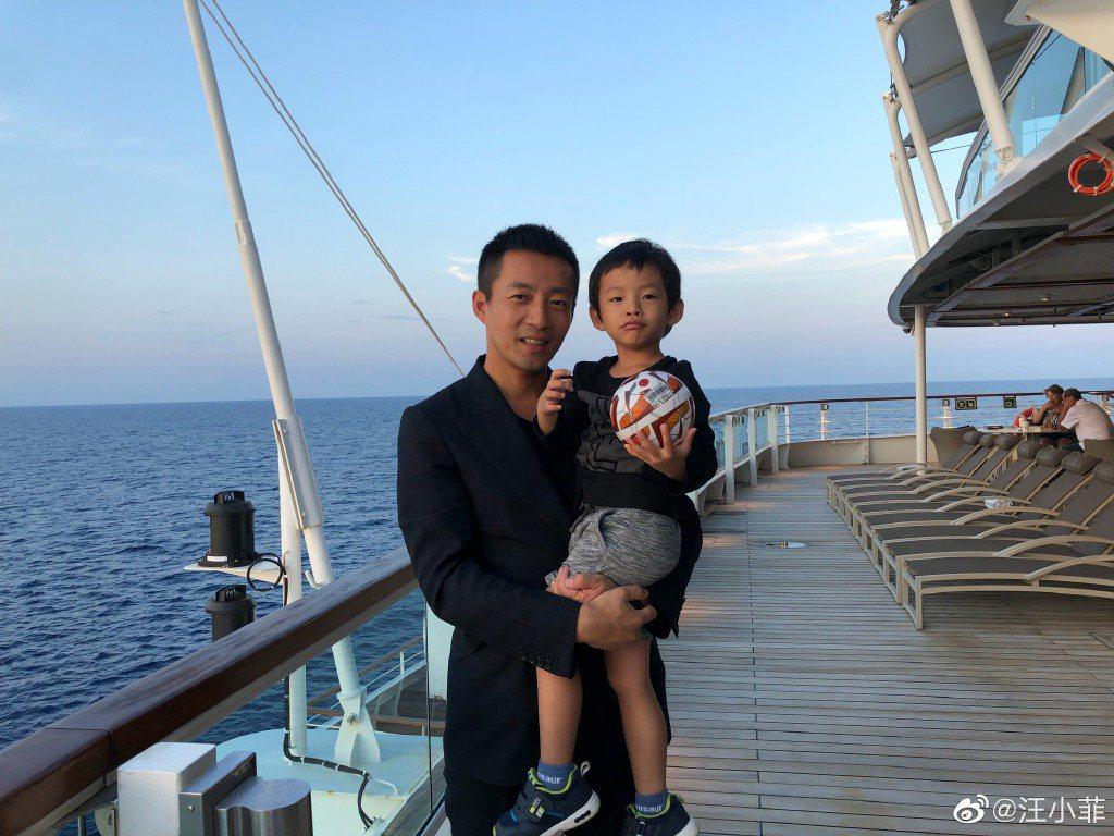 汪小菲(左)抱著兒子汪希箖。圖/摘自微博