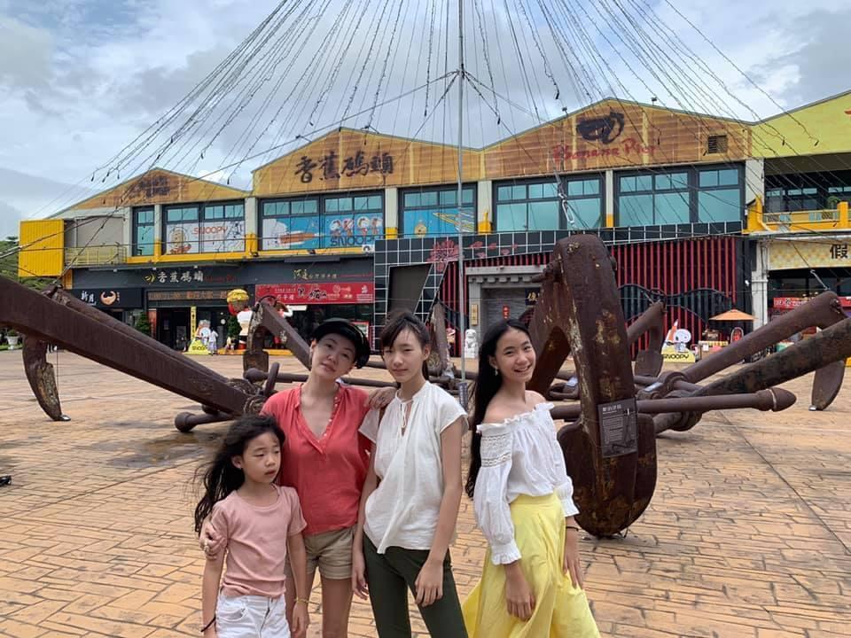 小S(左二)與3個女兒互動像姊妹。圖/摘自臉書