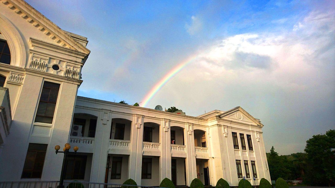南投近日午後雷雨停歇時,傍晚天上常常出現彩虹,多重反射下還會出現「霓」的現象。記...