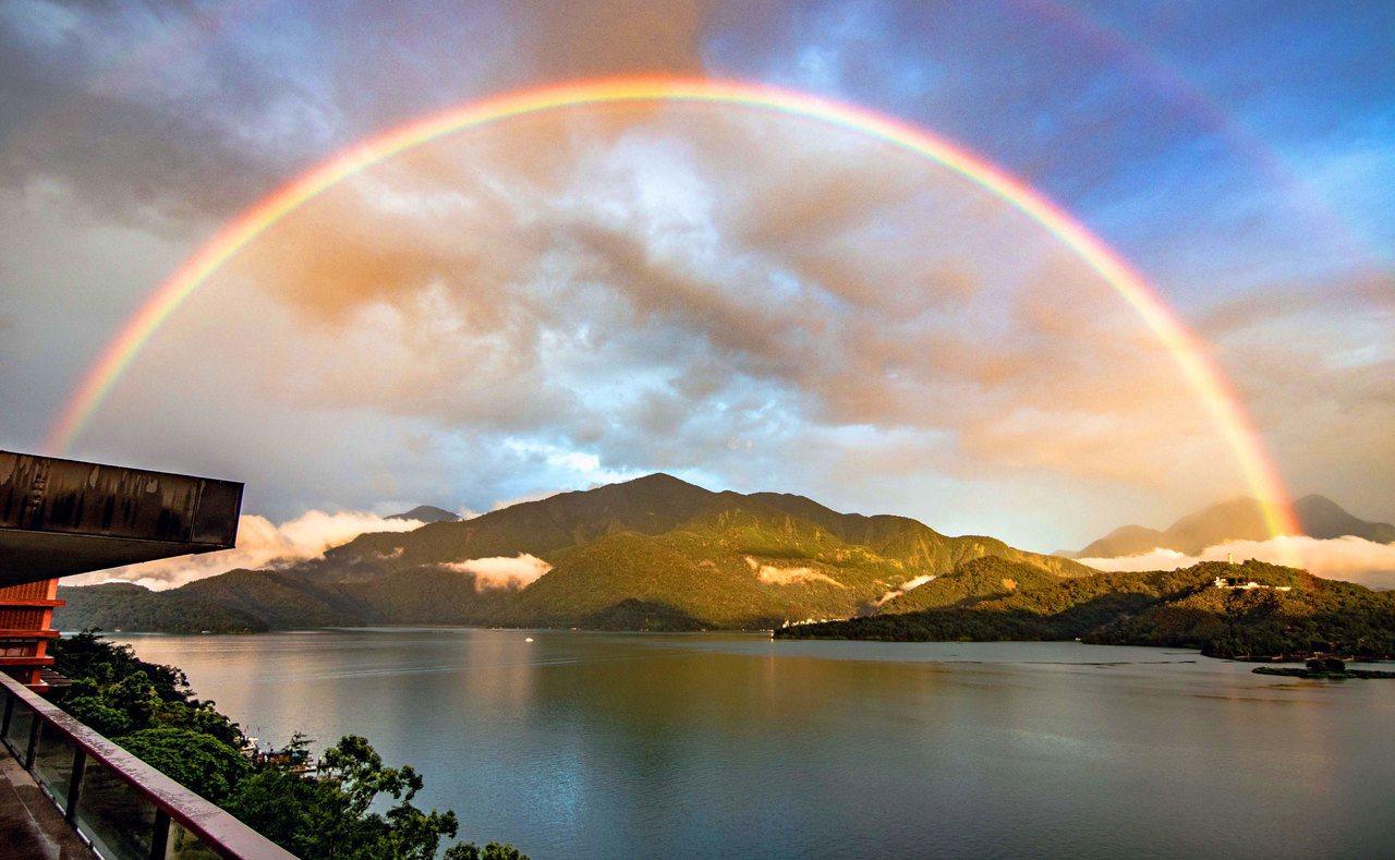 南投近日午後雷雨停歇時,傍晚天上常常出現彩虹,多重反射下還會出現「霓」的現象。圖...