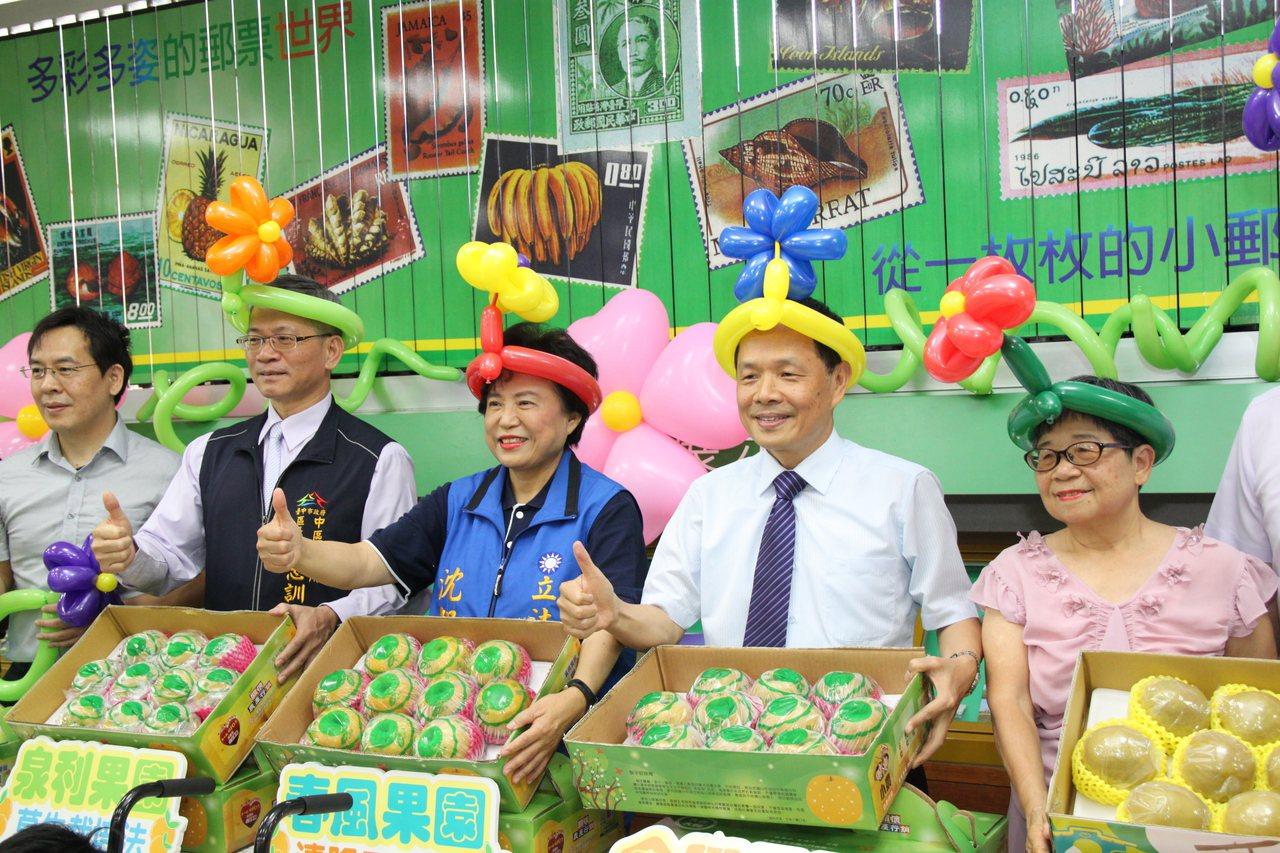 台中郵局利用郵局通路幫助小農賣水梨,每盒還捐出10元給台中育嬰院;局長丘京華(右...