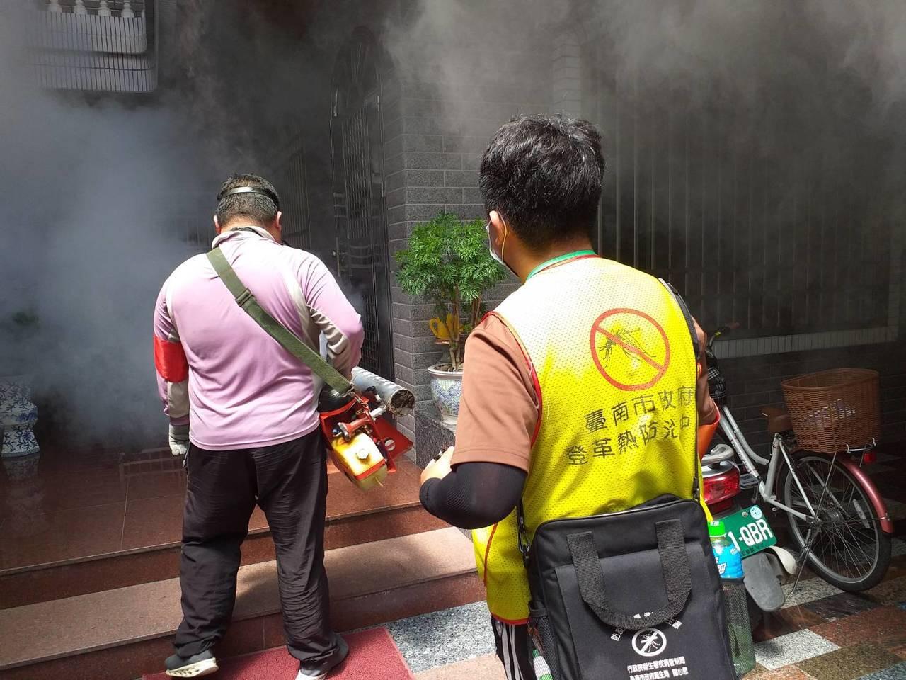 台南登革熱防疫人員上午進行東區崇明里的化學防治。圖/衛生局提供