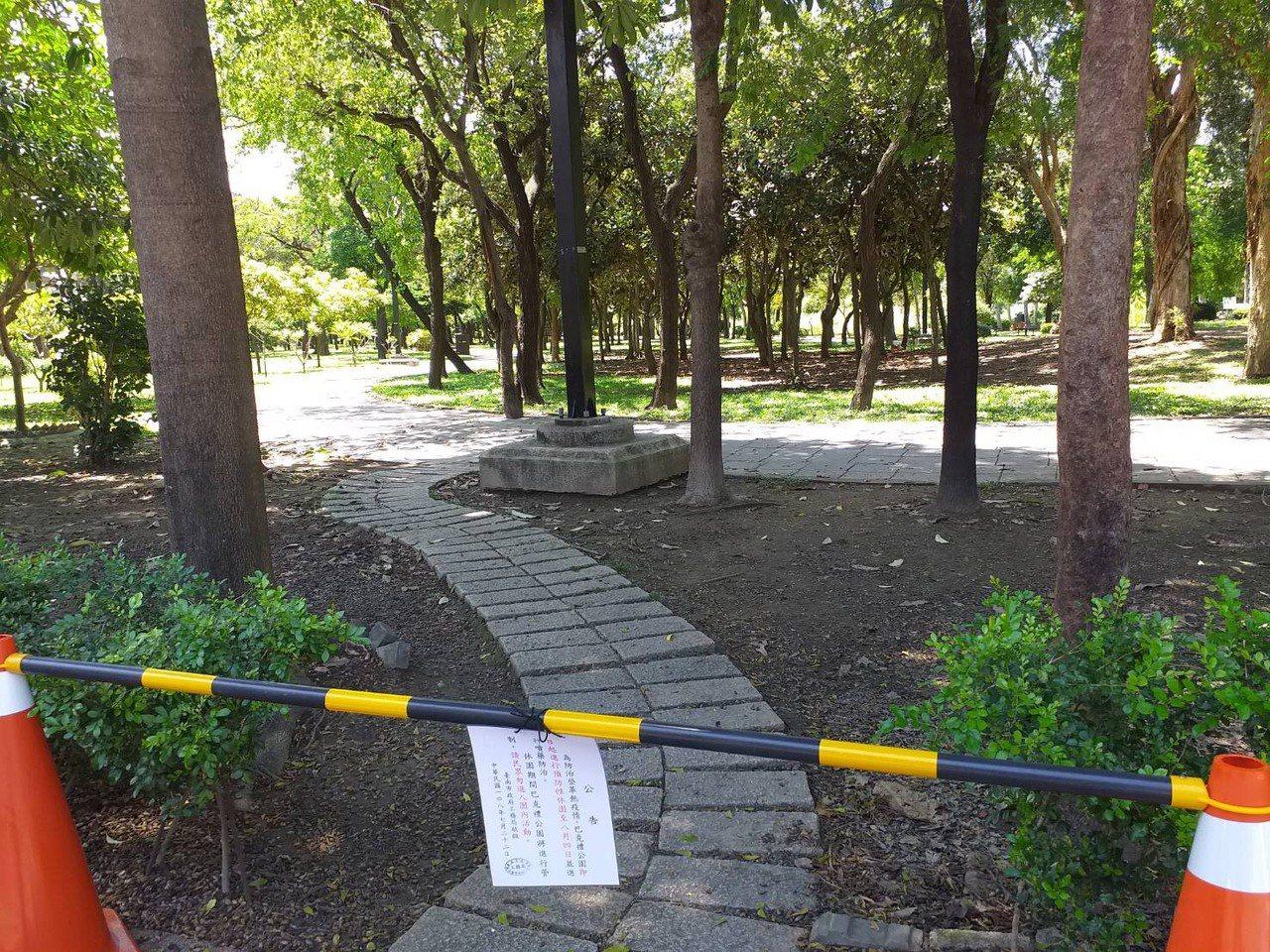 台南東區巴克禮公園因為登革熱疫情而封閉兩周,上午公園內空無一人。圖/衛生局提供