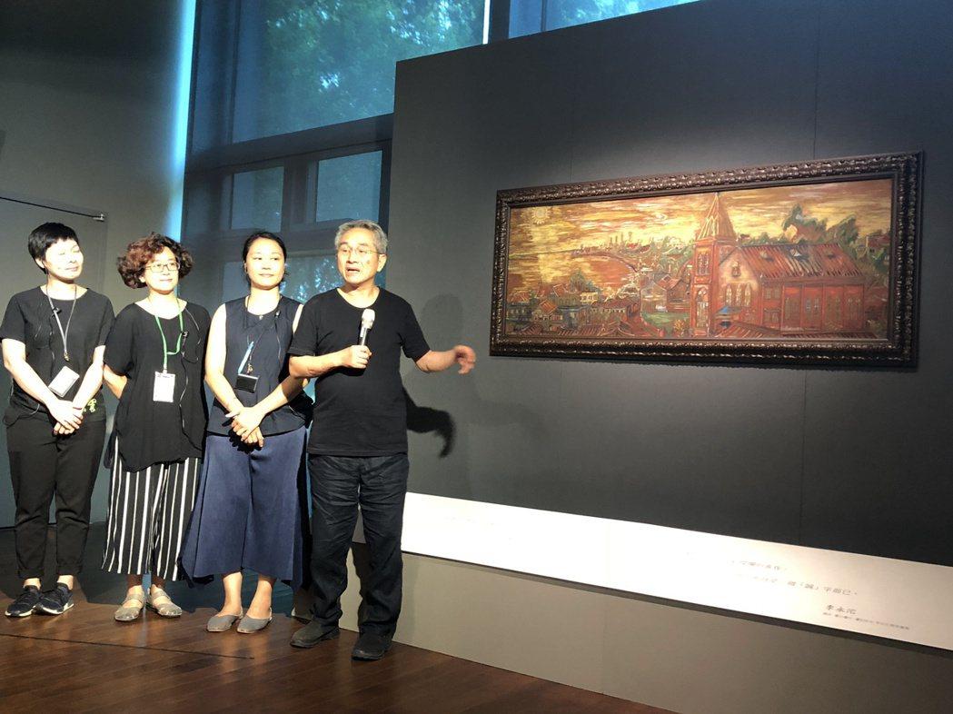 雲門舞集藝術總監林懷民(右)在雲門劇場介紹淡水畫家李永沱畫展。記者何定照/攝影