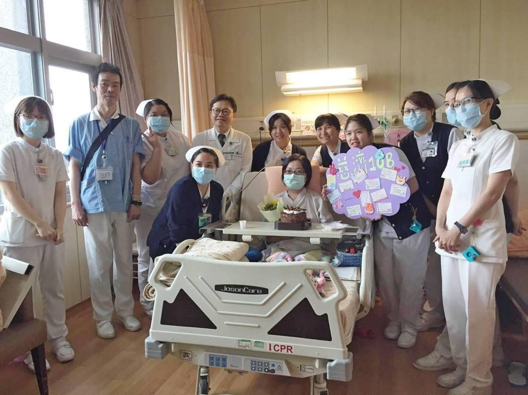 台北慈濟醫院風濕免疫科陳政宏主任(左後四)與醫療團隊祝賀「小如」平安出院。圖/台...