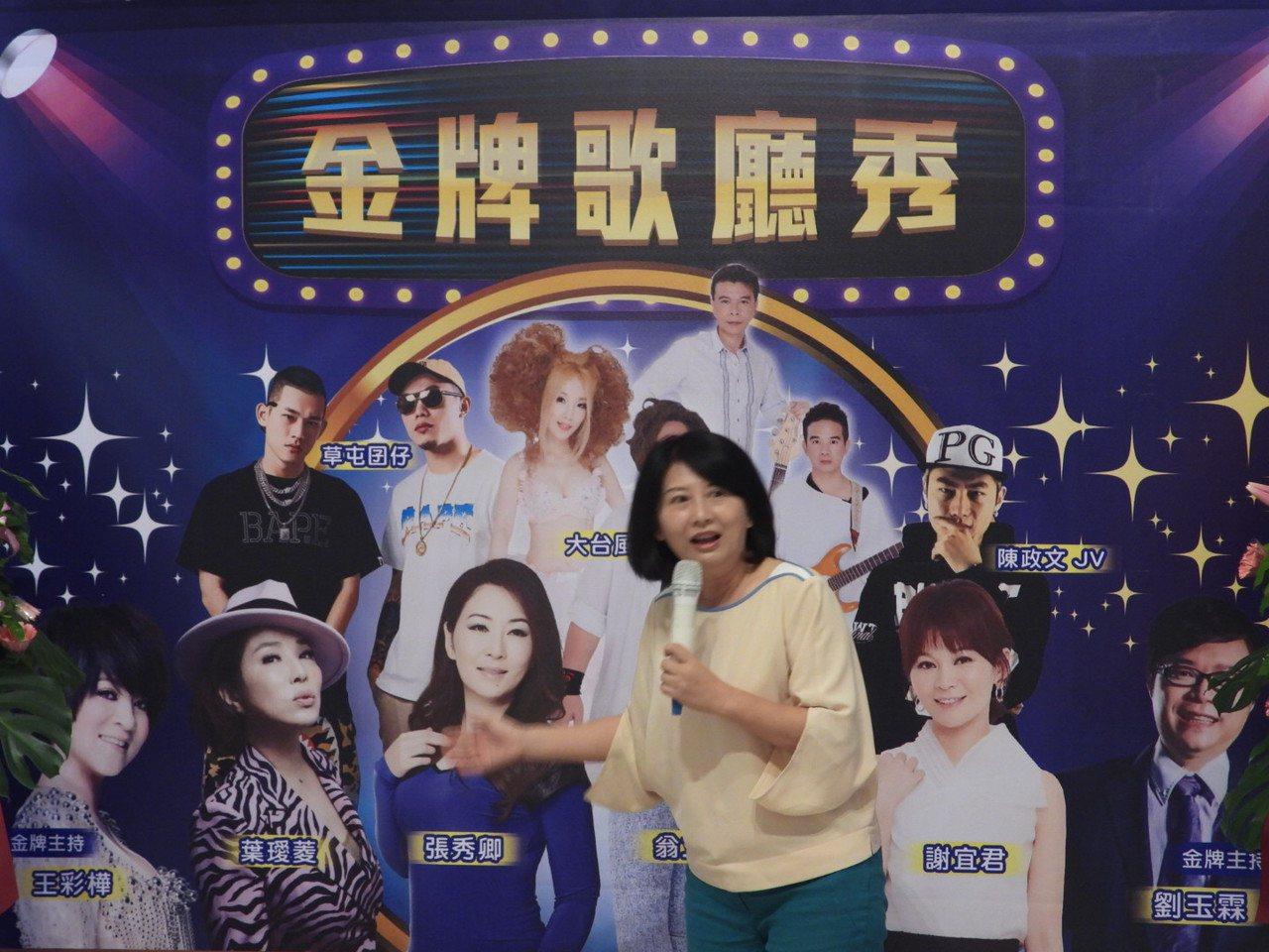 消失多年歌廳秀台南重新登場, 市長太太劉育菁要回味看歌廳秀時光。記者周宗禎/攝影