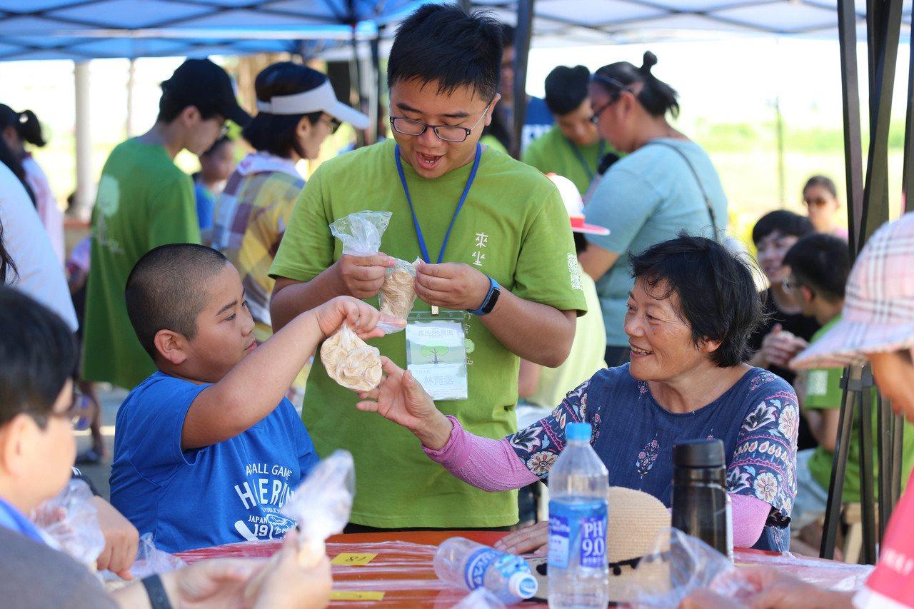 南臺科大團隊與在地社區結合共推農事體驗,親子學做米饅頭。圖/南臺科大團隊提供
