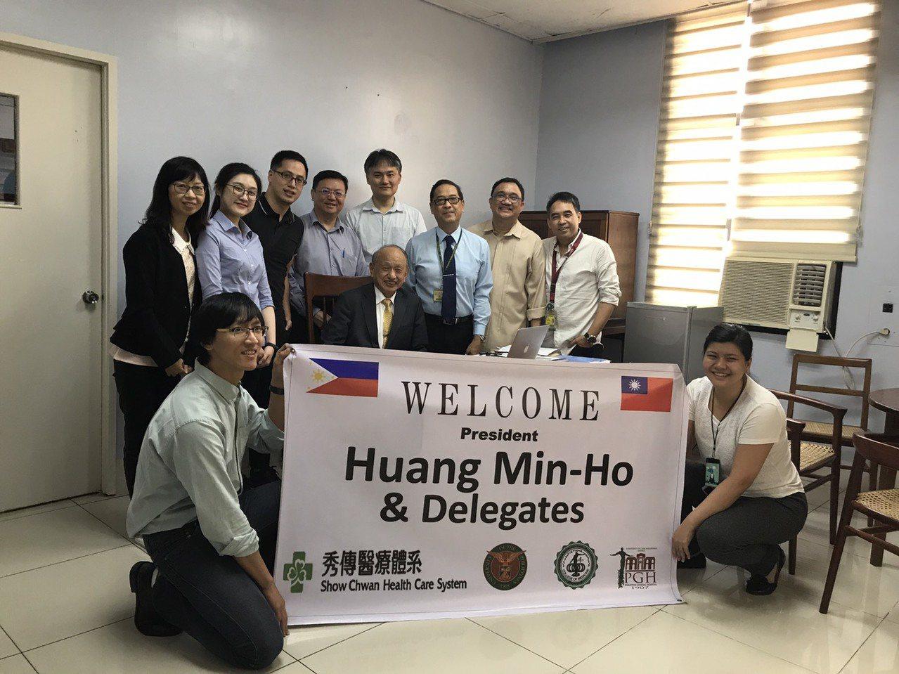 秀傳醫療體系總裁黃明和(中間坐者)今年1月帶領秀傳神經內外科醫療小組前往菲律賓總...