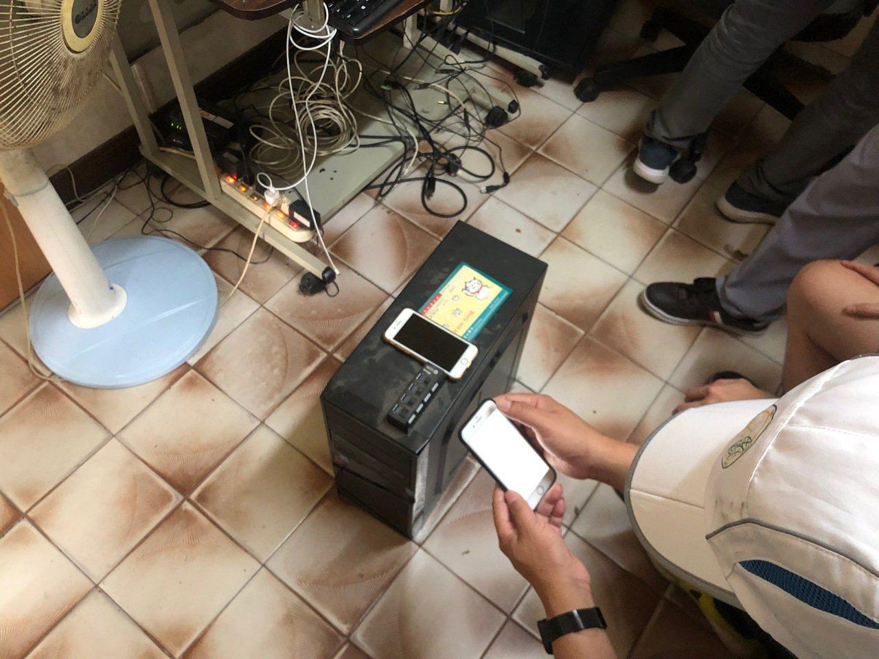 警方在現場查扣電腦主機和手機等贓證物。圖/刑事局提供