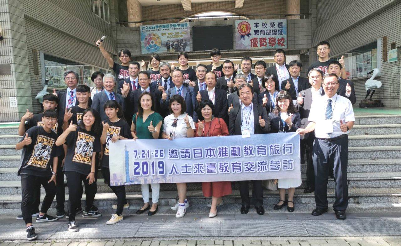 21所日本高中職校長,今天拜會國立曾文家商,受到師生熱烈歡迎。記者謝進盛/攝影