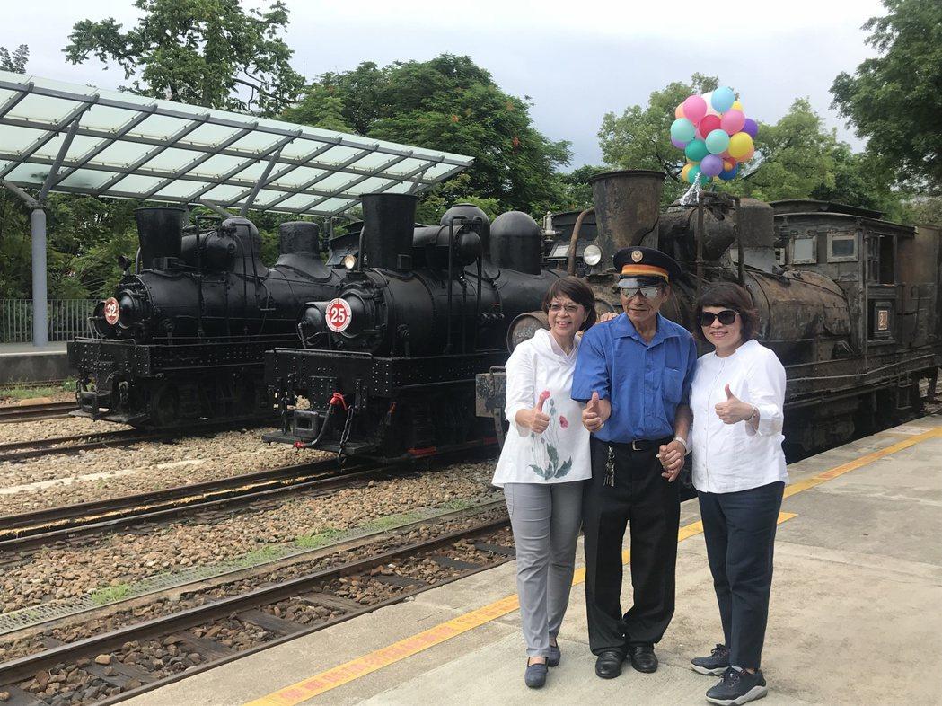 3輛百年28噸國寶級蒸汽火車同框,加起來共316歲,21號火車最後一任司機員呂文...