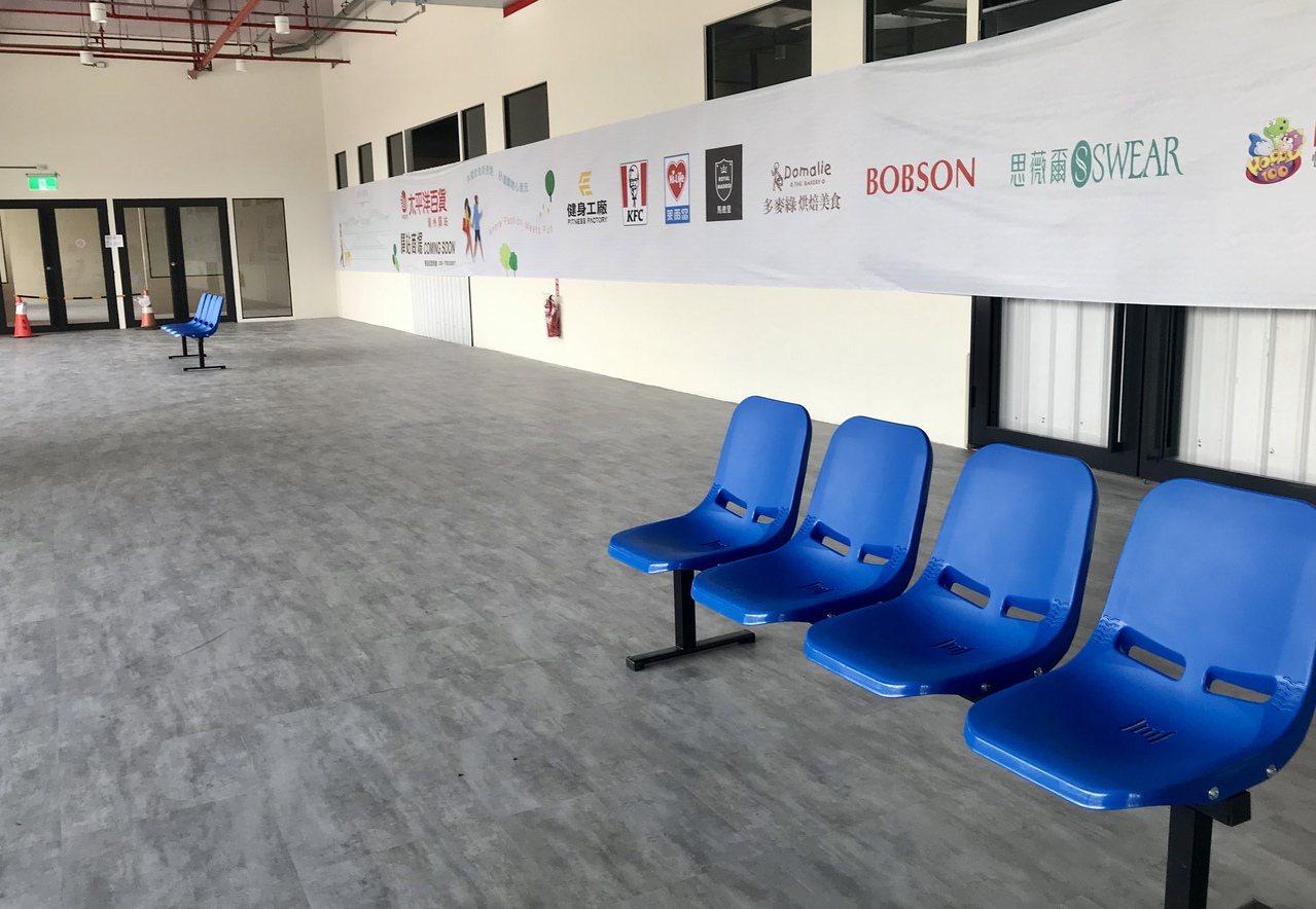 潮州轉運站上百坪空間僅擺放一排座椅,被候車旅客嫌太浪費。記者江國豪/攝影