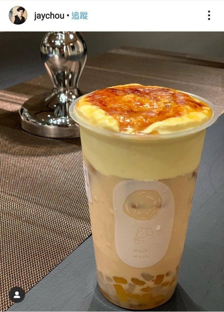 周董分享「麥吉machi machi」烤布蕾紅茶拿鐵好誘人。圖/翻攝自周杰倫IG