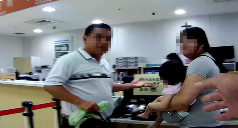 新竹一名1歲4個月的女童不慎誤食藥劑,所幸警方及時開道協助,讓原本需要13分鐘的車程縮短為5分鐘,順利將女童送往醫院。記者王駿杰/翻攝