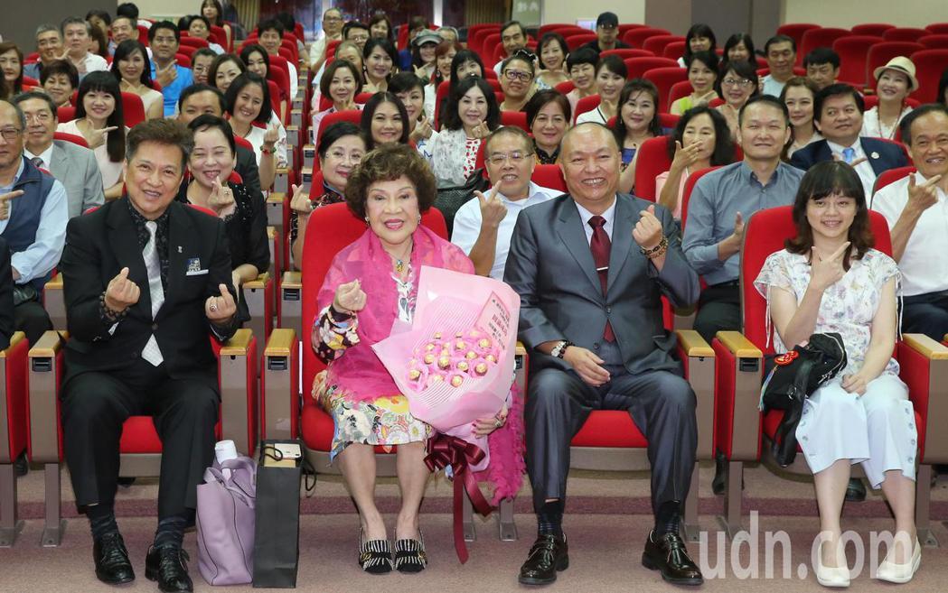 周遊(左二)、李朝永(左)下午出席影人協會與台北商業大學策略聯盟締約典禮,與台北...