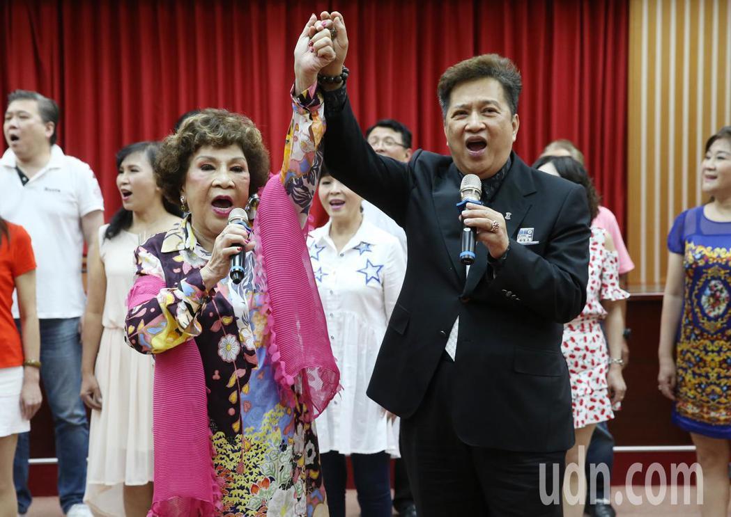 周遊(前左)、李朝永(前右)下午出席影人協會與台北商業大學策略聯盟締約典禮,並在...