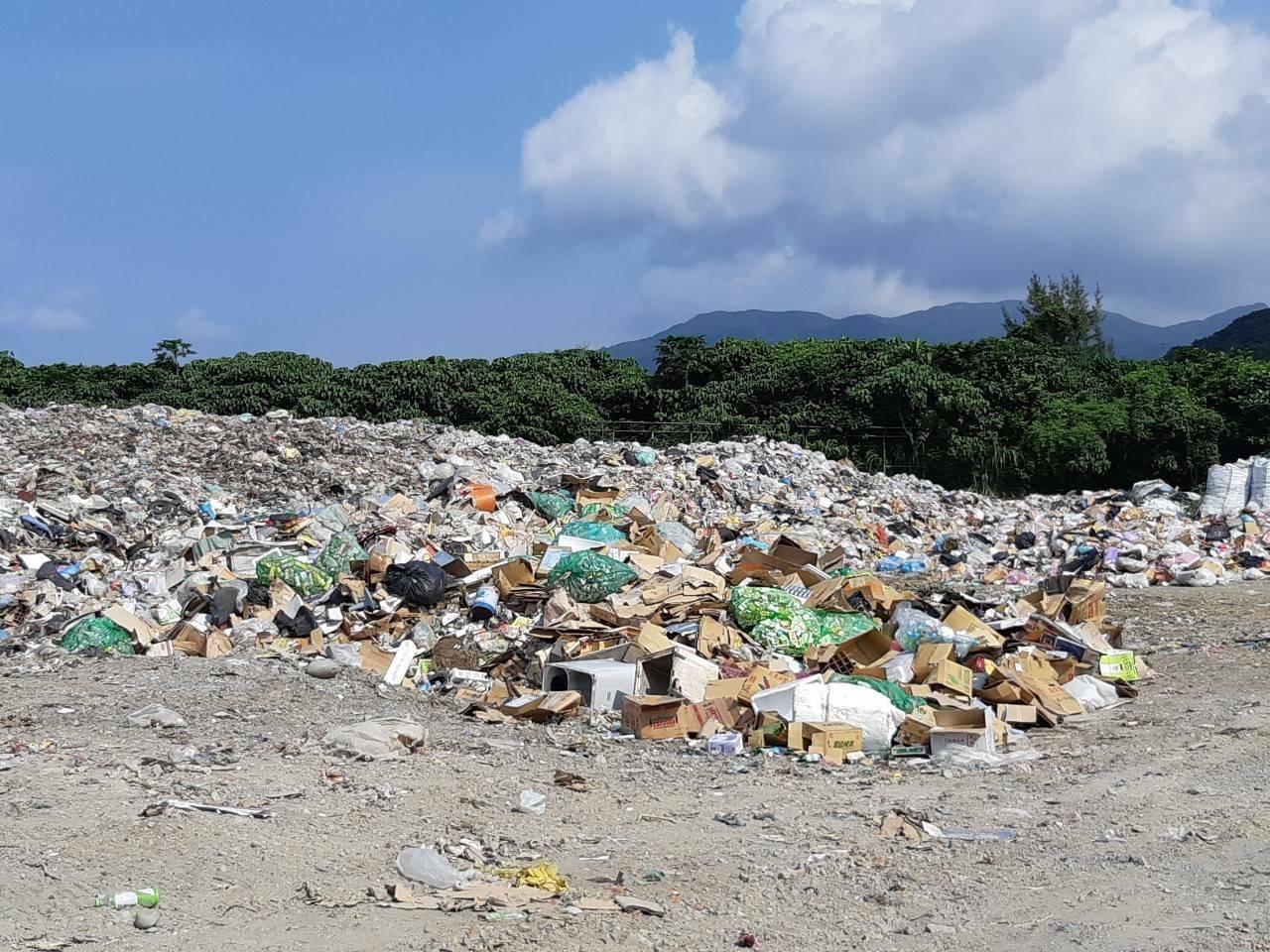 蘭嶼鄉垃圾從年初至今未運回台灣本島焚燒,至今已堆積逾300公噸,如同一座小山。本...