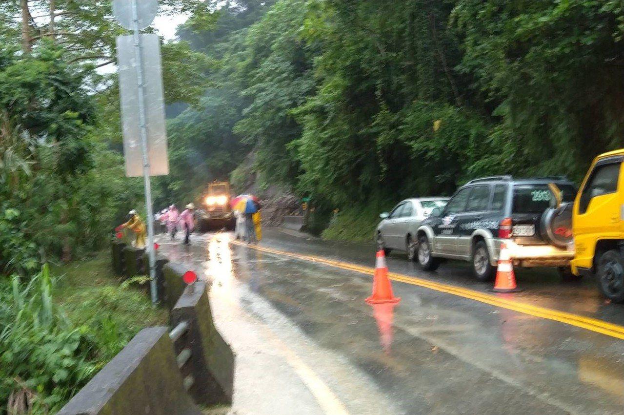 嘉義縣台18線阿里山公路36.6公里處,今天下午發生落石坍方,一顆巨石疑受連日大...