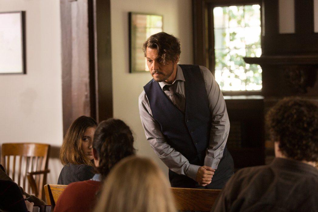 強尼戴普在新片「人生消極掰」演出意志消沉的大學教授。圖/采昌提供