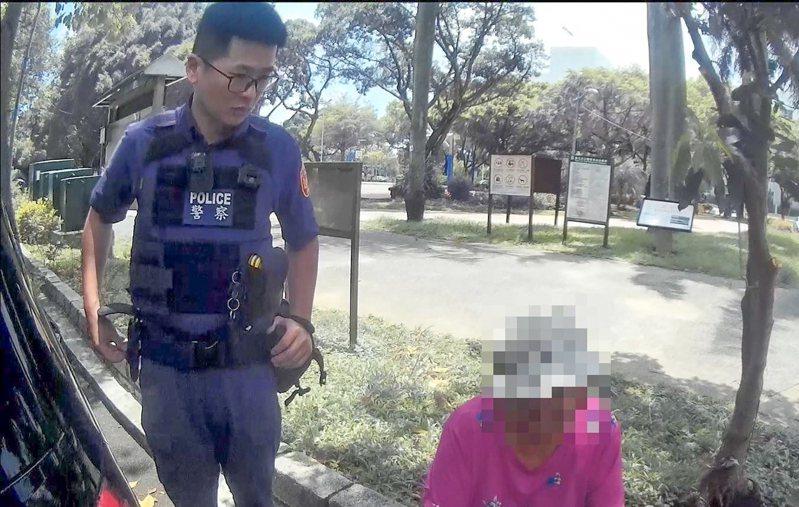 85歲鍾姓老婦是失智長者,日前在公園走失,幸她女兒在母親身上,放置一面記著個人資料的掛牌,讓警方順利聯繫家屬。記者蔡翼謙/翻攝