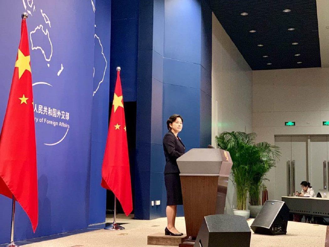 大陸外交部新聞司司長、發言人華春瑩履新後首次主持例行記者會。圖/人民日報客戶端