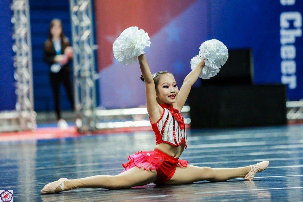 員林漢心舞團參加今年全國學生舞蹈比賽,獲得國小啦啦彩球個人第一名。照片/游月說提...