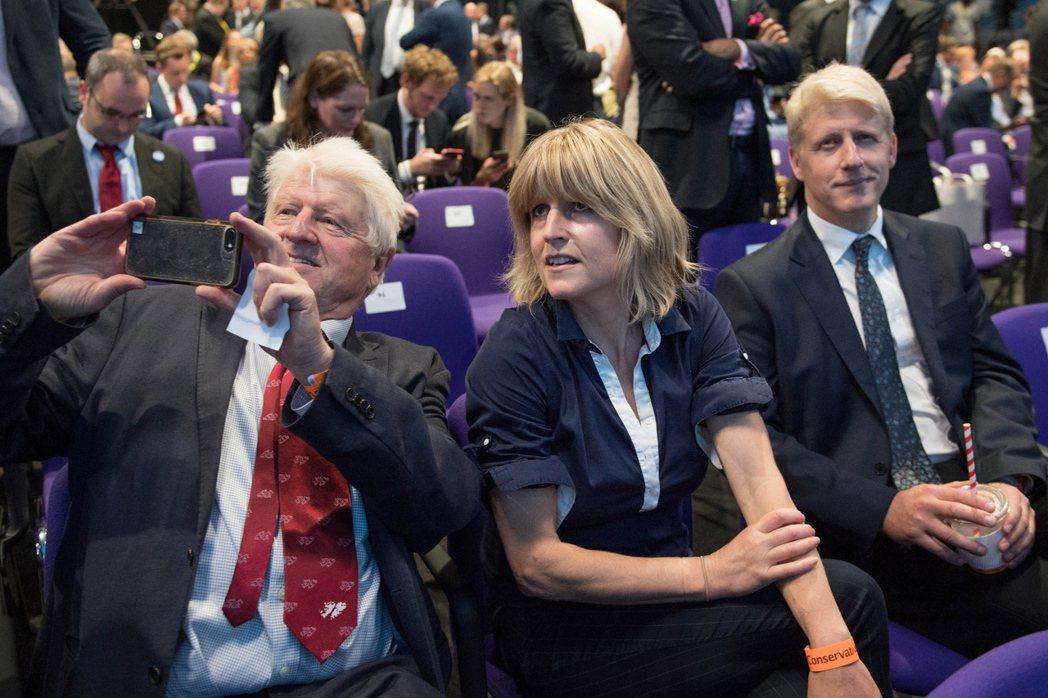 強生的父親史丹利(左至右)、妹妹瑞秋和弟弟喬23日出席保守黨的黨魁選舉結果記者會...