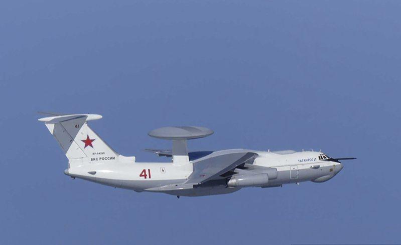 日本防衛省發布的照片顯示,一架俄國A-50空中預警機23日逼近南韓獨島(日本稱竹島)上空。(美聯社)