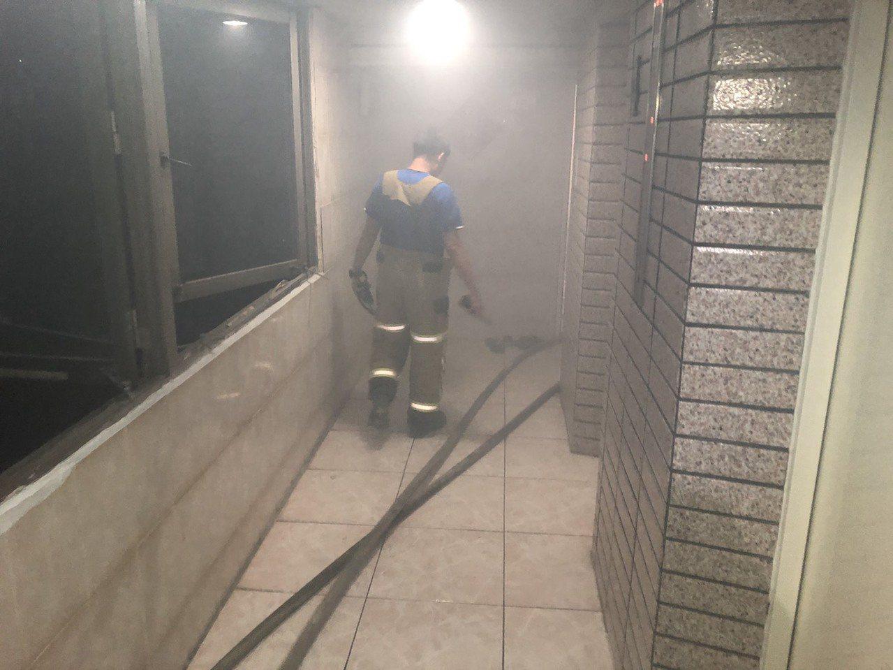 台東市宏東大樓四樓陳姓住戶發生氣爆,消防人員現場調查。記者/羅紹平翻攝