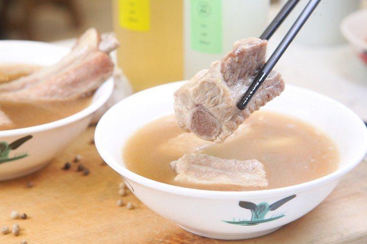 經典肉骨茶,使用帶著軟骨、肉質厚實的豬小排,每份200元。記者陳睿中/攝影