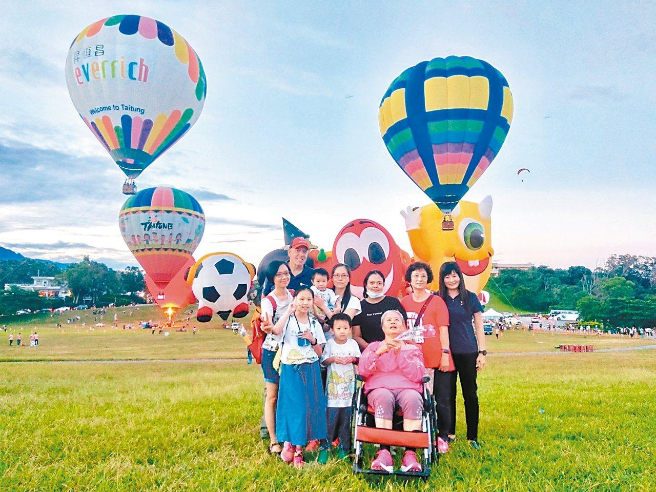 高雄市婦人朱婉怡前天偕罹患非典型帕金森氏症、逐漸失憶的母親,同遊台東熱氣球活動。...