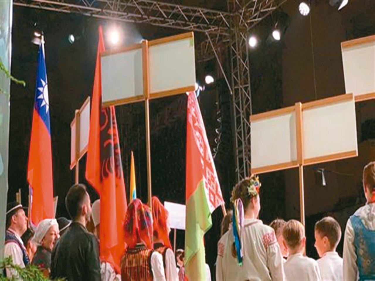 椰油國小學生開幕典禮上堅持中華民國國旗入場,讓國旗飄揚在國際舞台上。 圖/翻攝自...