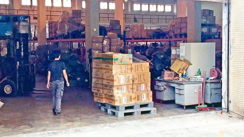 國安局官員涉嫌利用總統專機夾帶9800條香菸入境,被海關查扣存放私貨倉庫。  圖/讀者提供