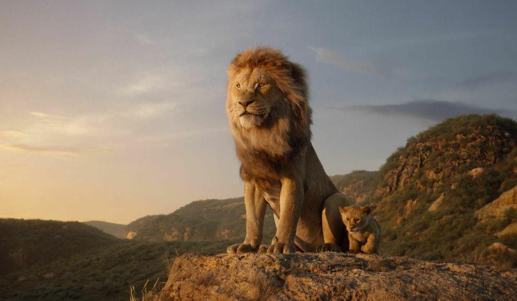 「獅子王」電影中的獅王木法沙和幼獅辛巴。 (美聯社)