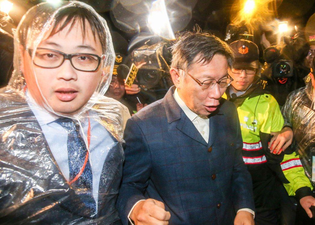 觀傳局長劉奕霆(左)常隨侍柯文哲左右,堪稱最佳「門神」。 圖/聯合報系資料照片