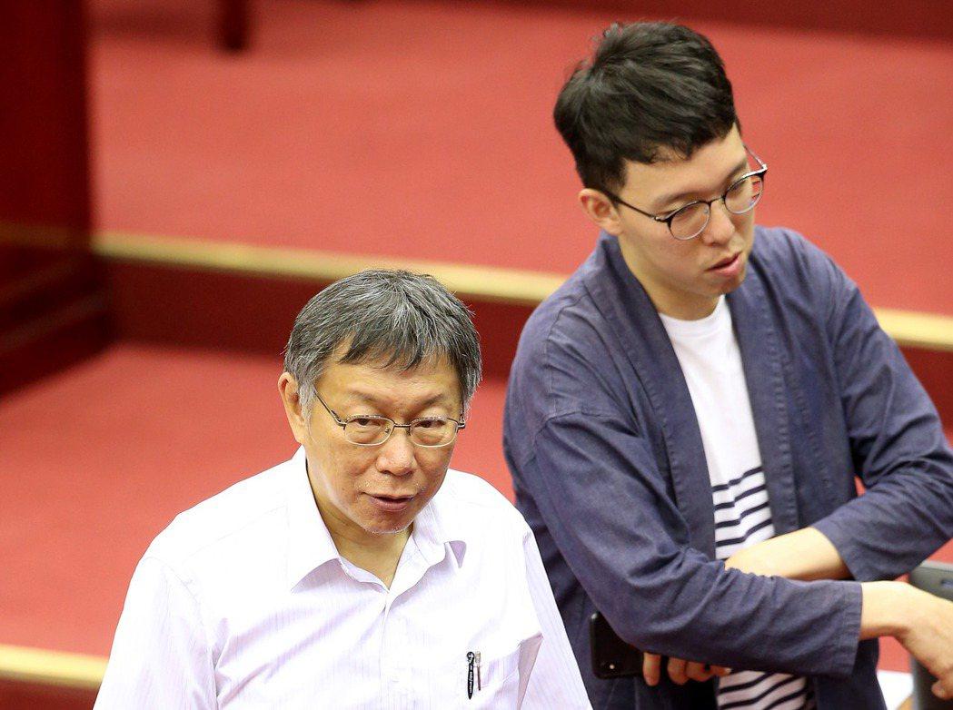 柯昱安(右)站在柯文哲身邊,如保鑣一般。 圖/聯合報系資料照片