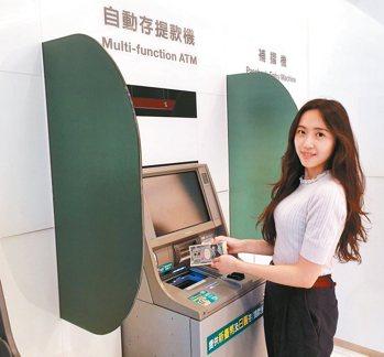 中信「外幣ATM」開放外幣現鈔雙向兌換,及金融卡的跨國跨行提、存款服務。 中國信...