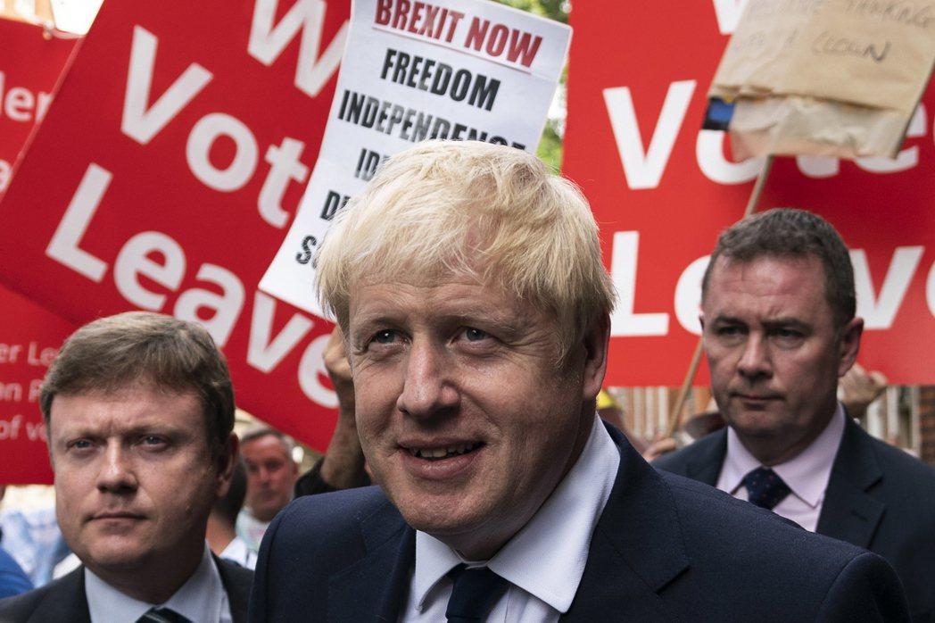 在脫歐公投期間,強森宣稱英國若能脫歐,每周能省下3.5億英鎊,可用來挹注健保醫療...