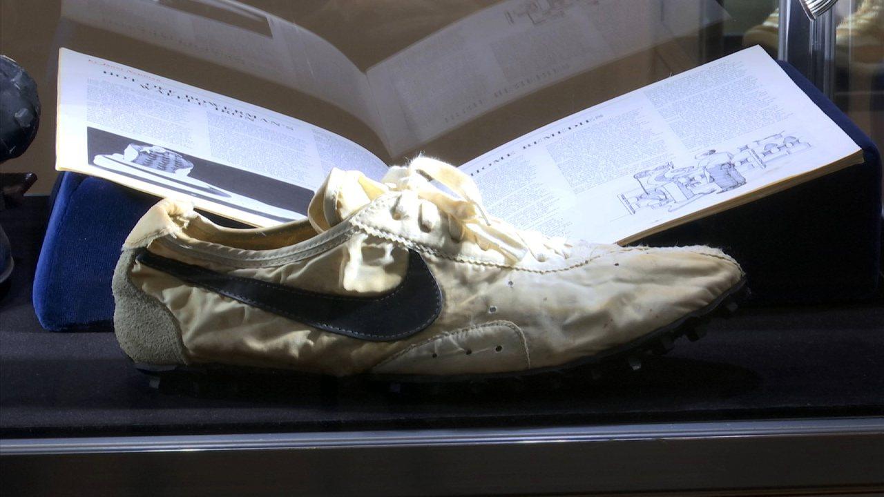 一雙耐吉(Nike)經典「月球鞋」(Moon Shoe),今(24日)在國際拍賣...