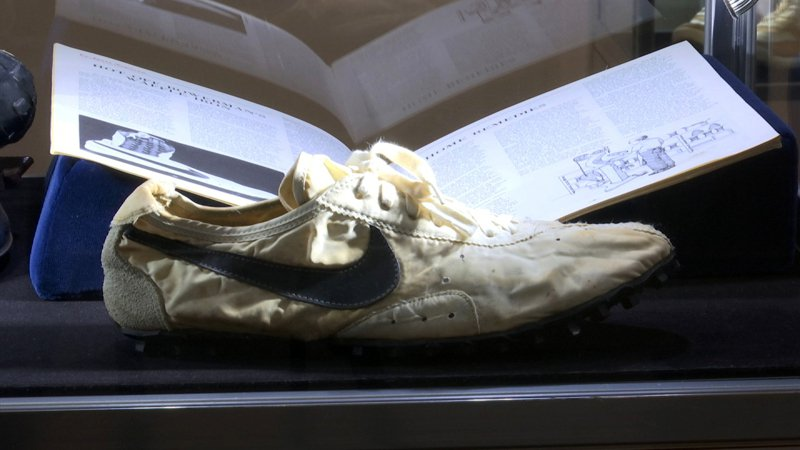 一雙耐吉(Nike)經典「月球鞋」(Moon Shoe),今(24日)在國際拍賣公司蘇富比以破紀錄的43萬7500美元(約新台幣1360萬元)價格落槌。 美聯社