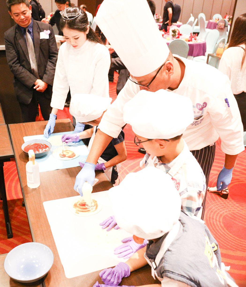 兒童之家的小朋友在大廚師指導下,體驗手作美味墨西哥捲餅。 攝影/張世雅